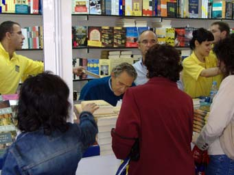 Antonio Gala durante su firma delibros
