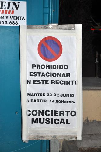 """""""Prohibido estacionar en este recinto: concierto musical""""."""