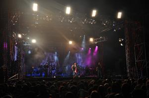 Vista de parte del público y el escenario durante el concierto.