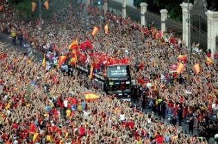 Los jugadores a su paso por el Banco de España